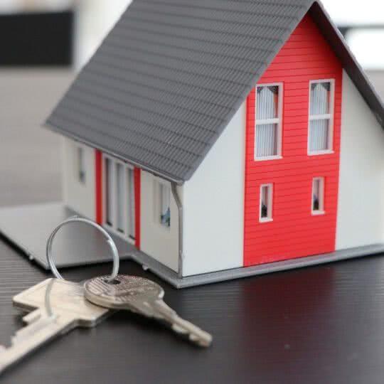 Casa própria vale a pena? É mesmo um investimento?